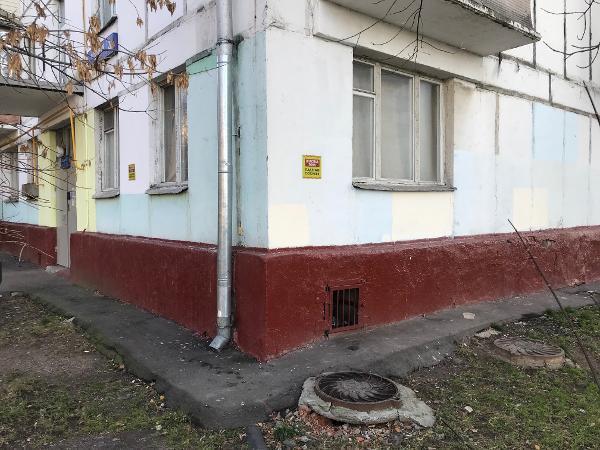 Фасад дома в Отрадном проезде очистили от вандальных надписей