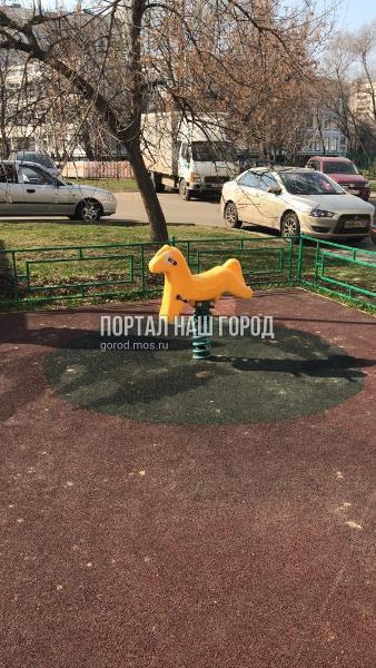 Качалку-пружинку отремонтировали во дворе на улице Санникова